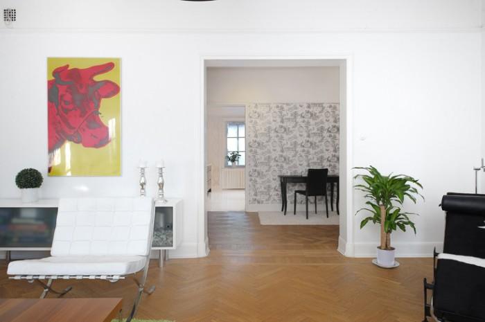 Andy Warhol-tavlor och moderna inslag på möblerna... så skulle vi nog inte inreda idag. Och hur ser egentligen krukan till palmen ut?!